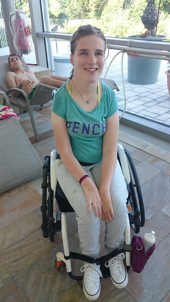 Lea mit Rollstuhl im Schwimmbad CamboMare