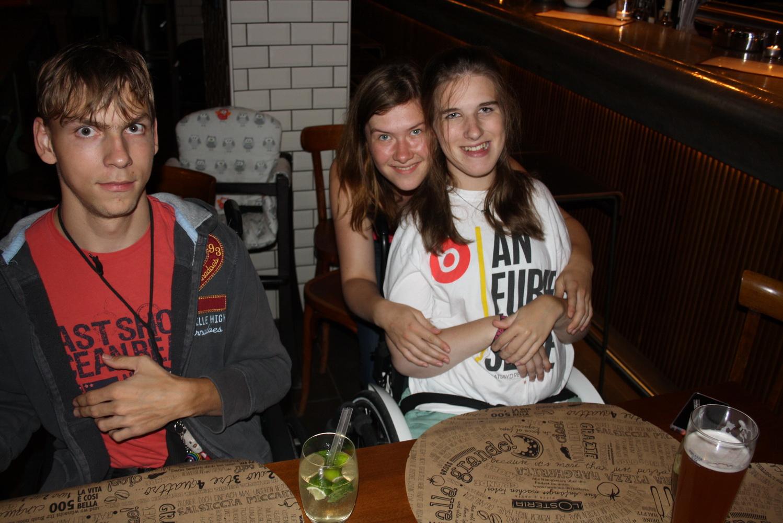 Lea, Hannah und Paul beim Italiener