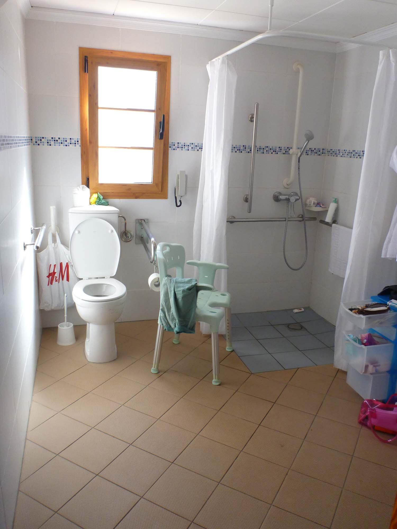 rollstuhlgerechtes Badezimmer mit Toilette nach DIN Norm
