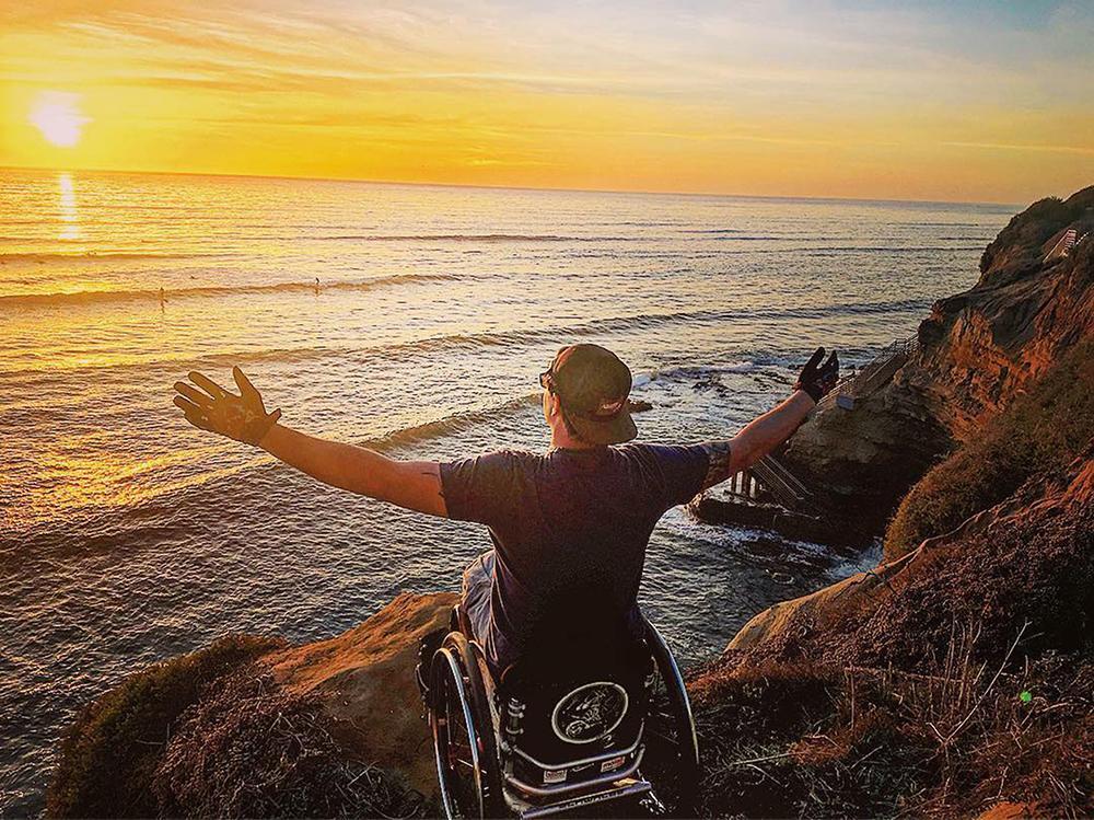 David Lebuser am Strand beim Sonnenuntergang