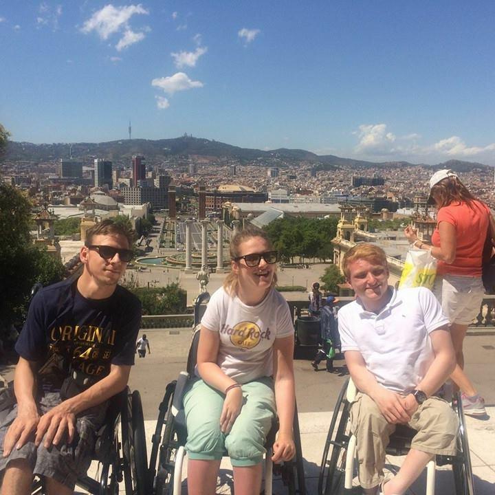 Drei beste Freunde vor der Skyline von Barcelona