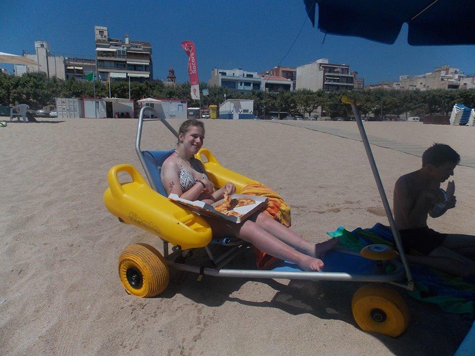 Lea ist Pizza im Strandbuggy am Strand von Calella