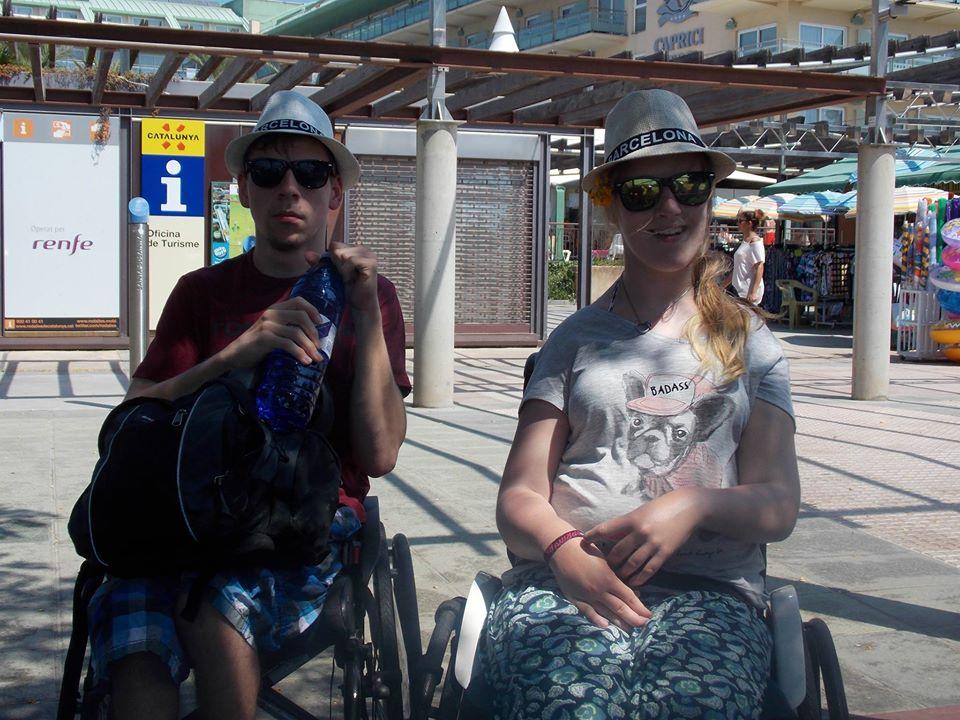Lea und Paul am Bahnhof von Santa Susanna