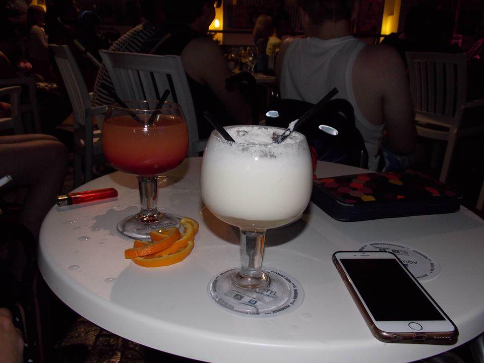 Cocktails am Hotelpool genießen