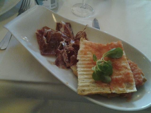 spanischen Schinken und Bruschetta im Restaurant genießen